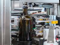 Varie tipologie di orientamento ottico o meccanico, al fine di rilevare e orientare capsule con scritte, spot UV, congiunzione stampo vetro, marchi in vetro, serigrafie, tappi apertura a leva, etichette già applicate su differenti contenitori