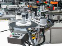 Regolazione automatica degli assi delle stazioni adesive, con la possibilità di automatizzare fino a 2 assi (movimento verticale e movimento orizzontale) e indicatori per l'inclinazione e il basculamento